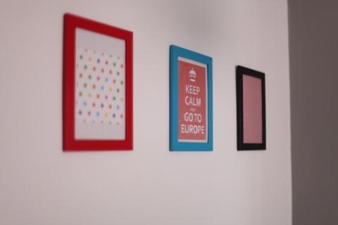 Nossa parede com inspiração vinda do blog: Quadrinho com papel para fazer tsurus, cartão que ganhei de presente das amigas e com tecido que ia pro lixo.